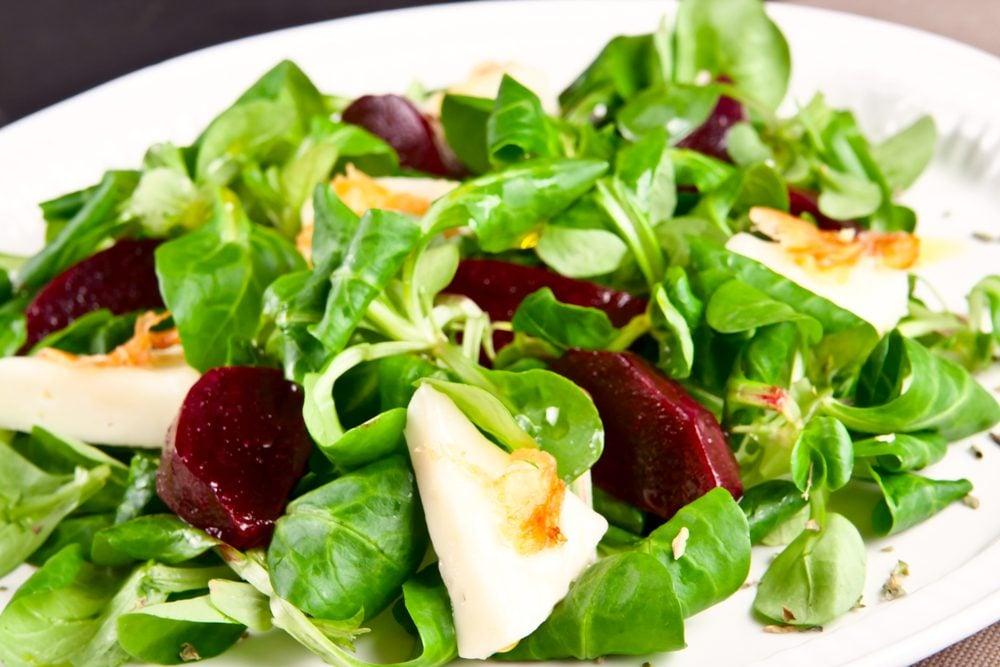 Une recette de salade santé aux épinards, betteraves et fromage de chèvre.