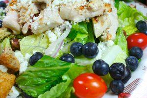 Recette facile de poulet grillé et sa salade d'épinards et de bleuets