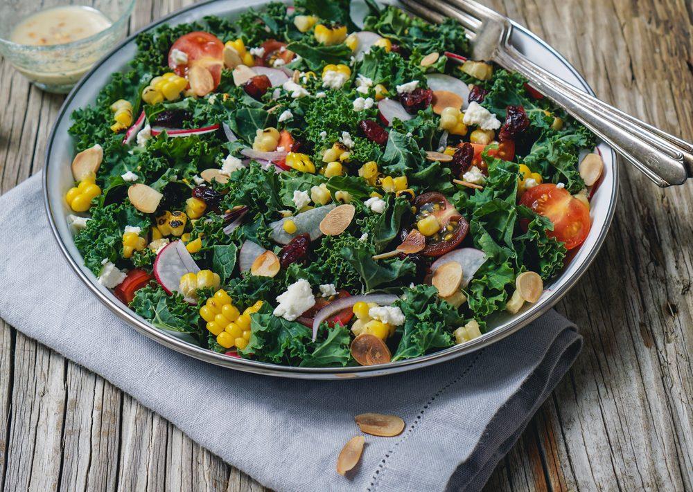 Une recette de salade santé au radis et chou frisé
