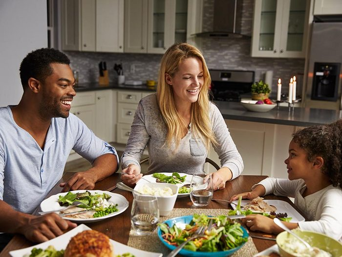 Voici des astuces pour prendre des repas santé en famille.