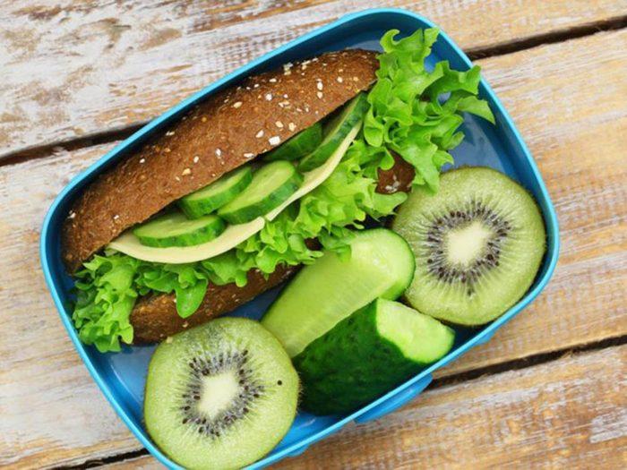 Pour des repas santé en famille, emportez de quoi manger si vos horaires sont décalés.