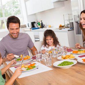 Manger en famille, tous ensemble autour de la table, est bon pour la santé.