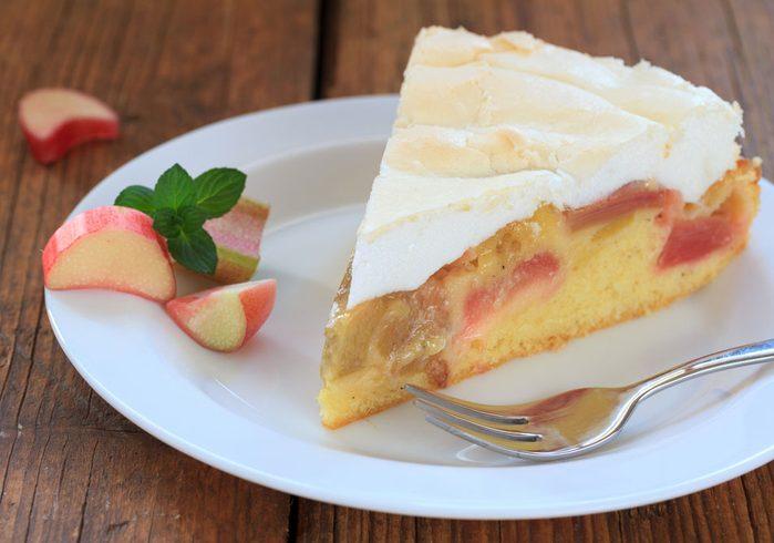 Préparer une délicieuse tarte à la rhubarbe et à la meringue avec cette recette.