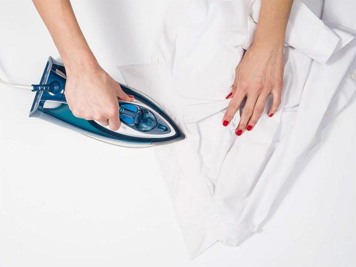 Il est possible de marquer les plis d'un vêtement avec du papier de verre sablé.