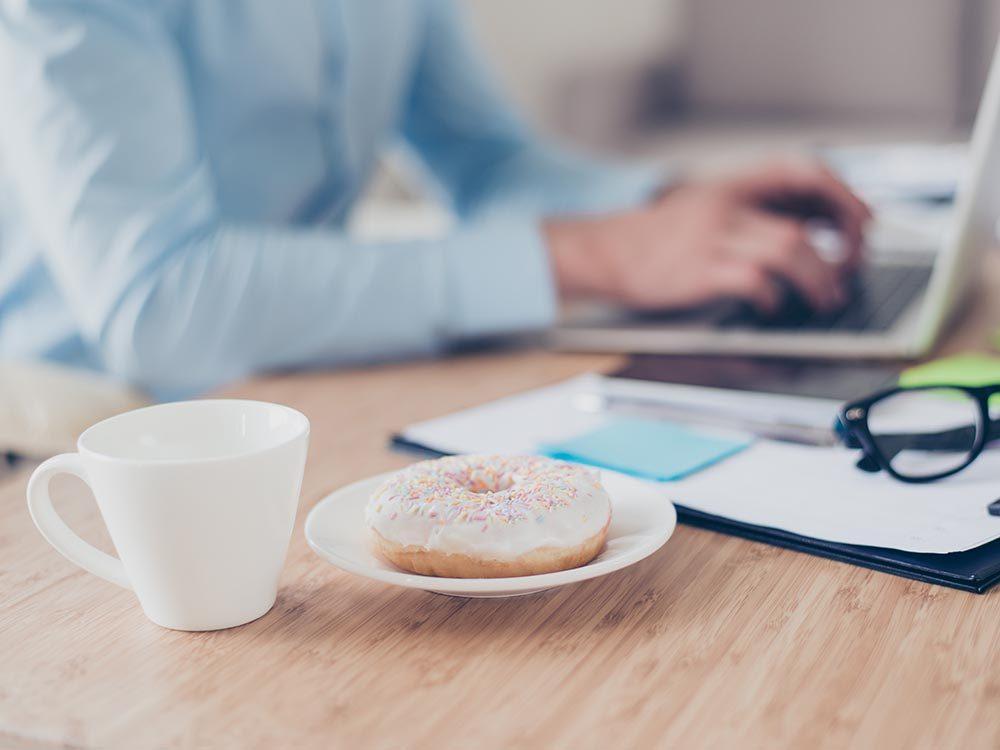 Pour maintenir votre énergie au travail, ne prenez pas de collation dans la matinée.