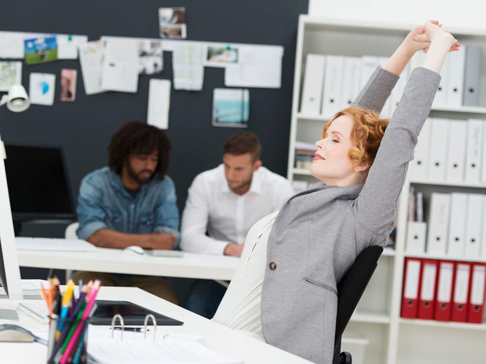 Stimulez votre énergie au travail en faisant des étirements.