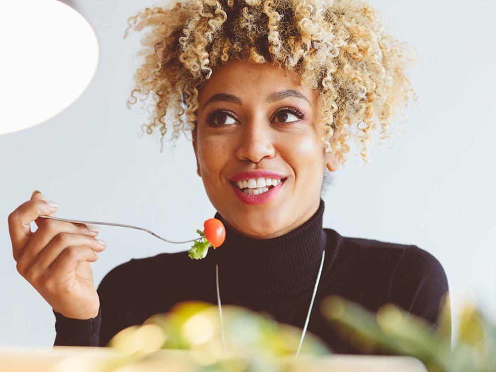 Stimulez votre énergie au travail en prenant une pause pour diner.