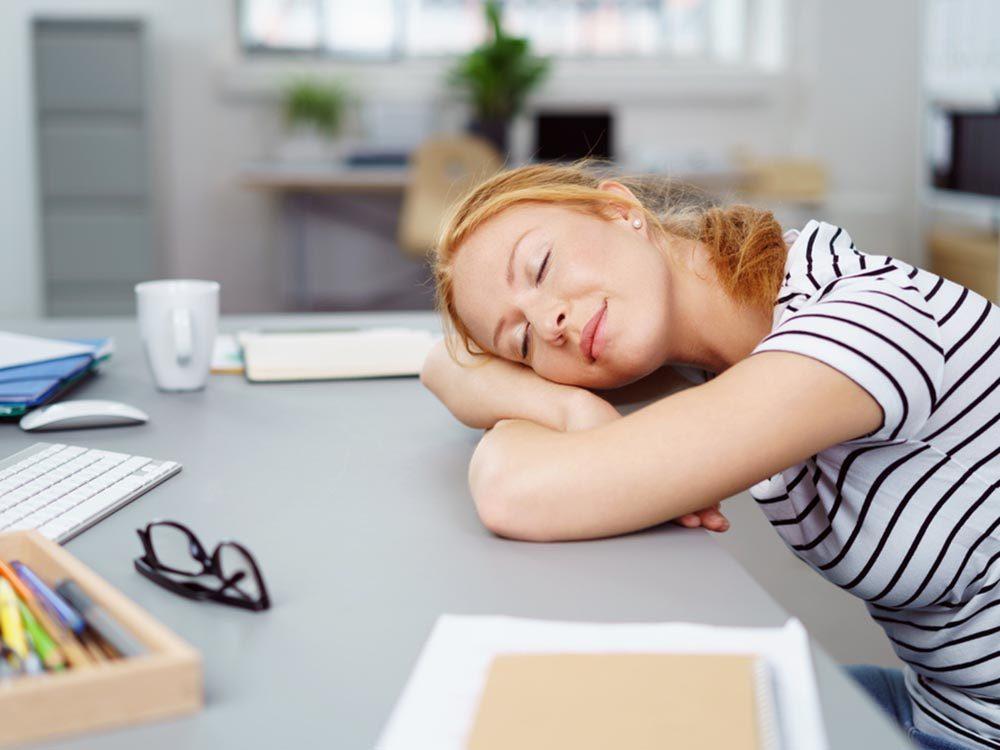 Maintenez votre énergie au travail en faisant une courte sieste.