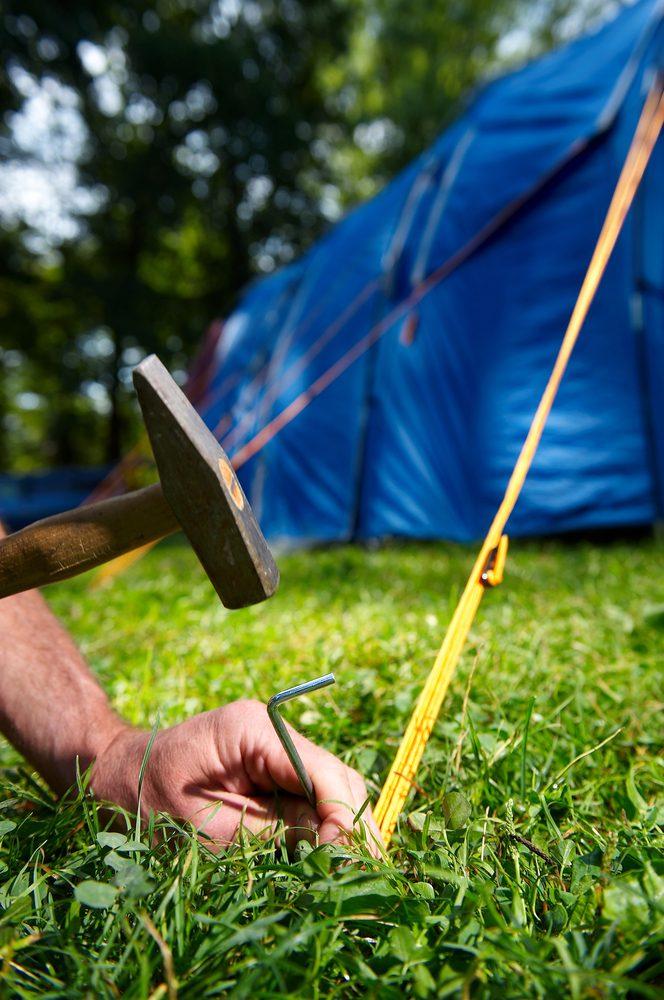 Une trousse de réparation: un incontournable en camping.