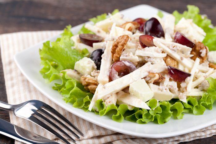 Une salade de poulet rapide avec sauce au yogourt grec