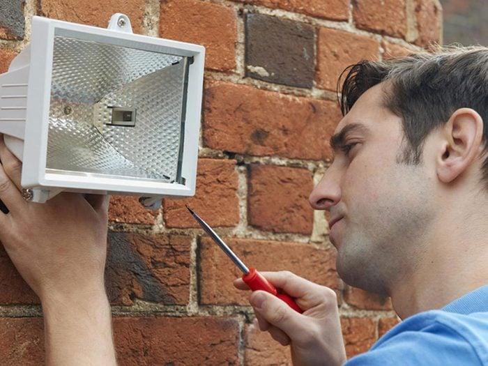 Installer un meilleur éclairage extérieur pour une meilleure sécurité de la maison.