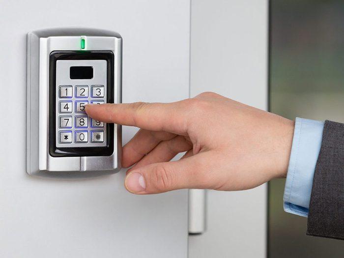 Un système d'alarme trop visible met en danger la sécurité de la maison.