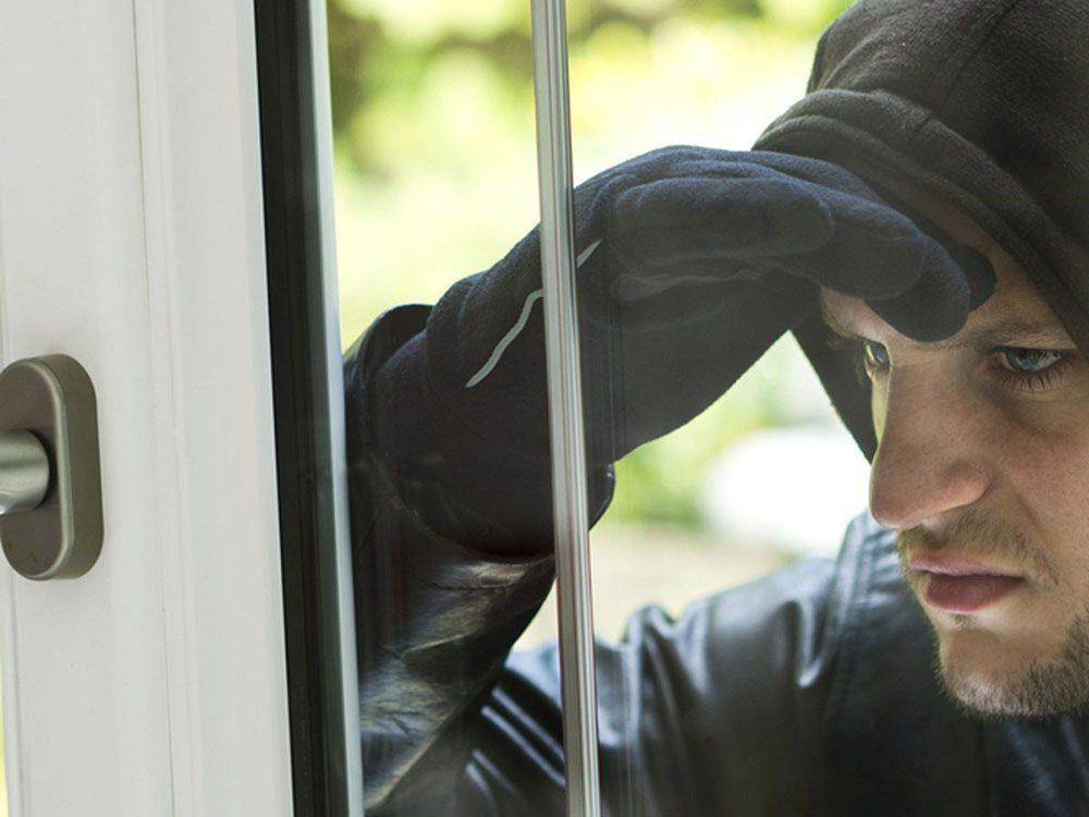 Les objets de valeur visibles de l'extérieur mettent en danger la sécurité de la maison.