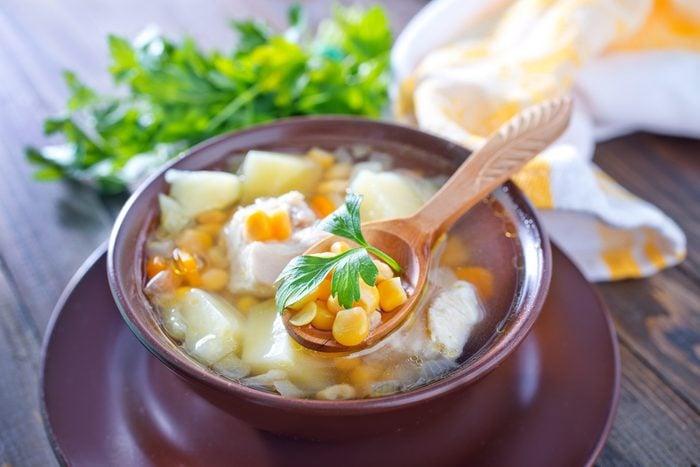 Une soupe chinoise au poulet rapide.