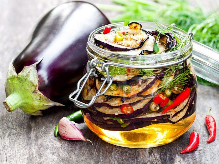 Aubergines en conserve dans l'huile.