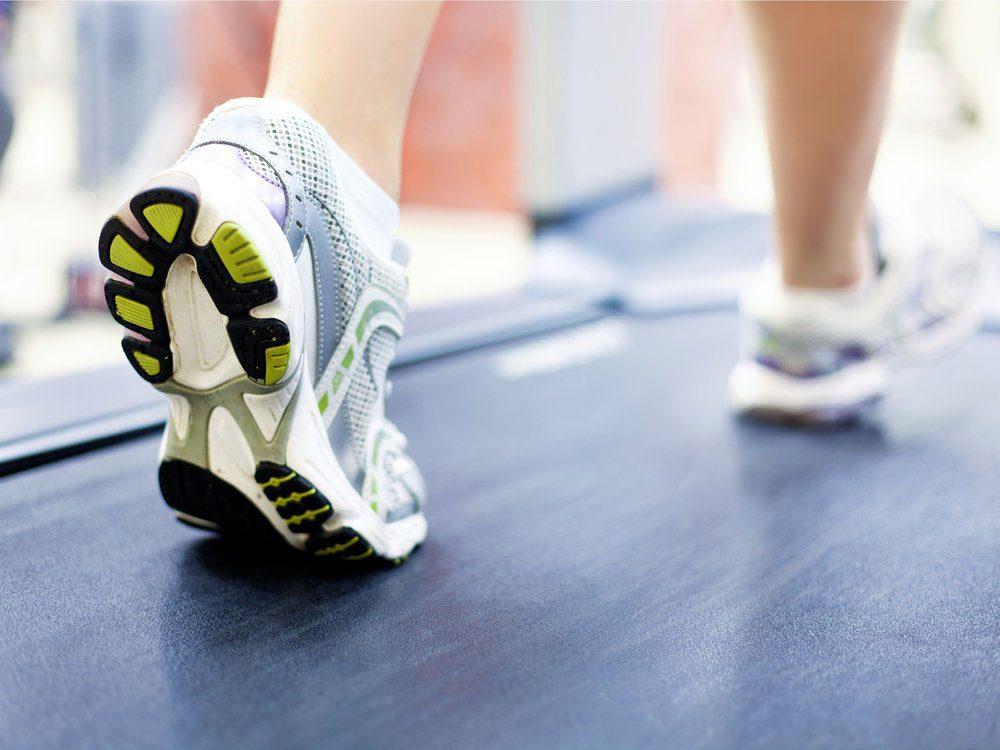 La marche rapide entre quatre murs, sur un tapis de course, est une bonne façon de perdre du poids.