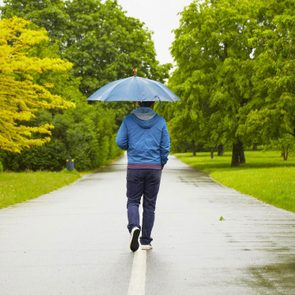 Marcher sous la pluie est une bonne façon de perdre du poids.