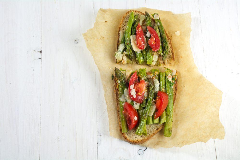 Bruschettas parmesanes aux asperges