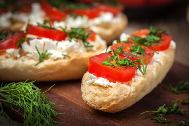 Des croûtons pour cuisiner les tomates fraîches.