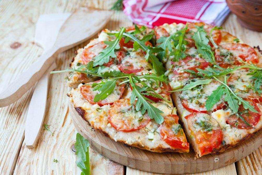 Une recette de pizza sur pita pour cuisiner les tomates fraîches