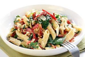 Salade de pâtes, cresson, tomates et fromage fumé