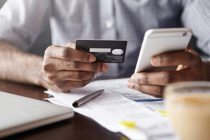 Pour faire des transactions à partir de votre cellulaire, utilisez des applications autorisées