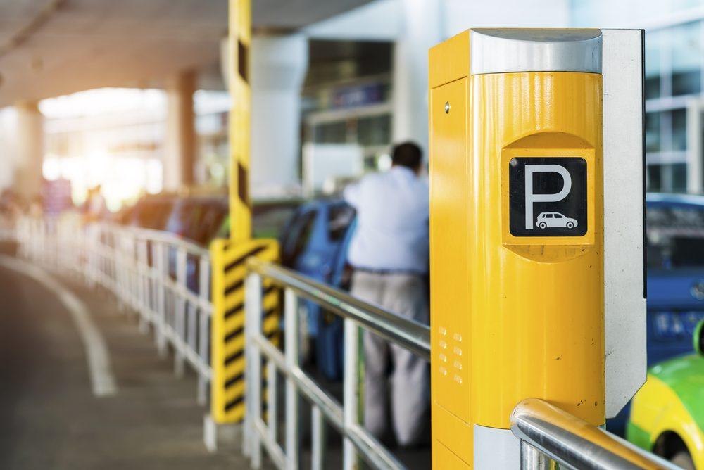 Le stationnement est très coûteux à l'aéroport.