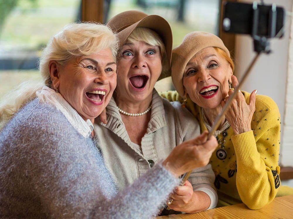 Mythe sur le vieillissement : les personnes âgées sont grincheuses et malheureuses.