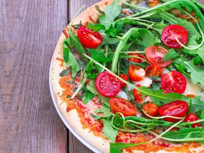 Recette de pizza santé avec sa salade.