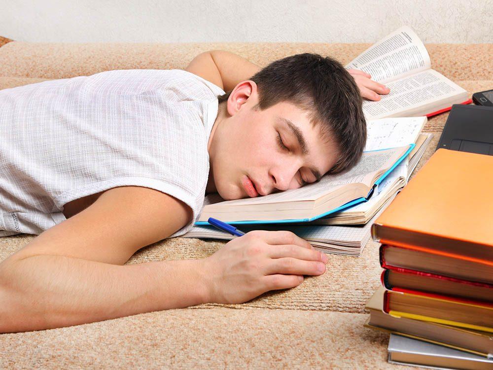 Pour une rentrée universitaire en santé, planifiez-vous des moments pour dormir.