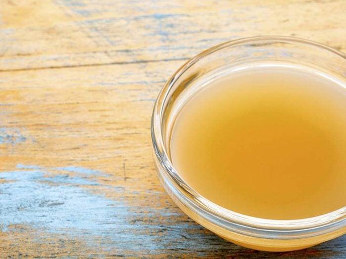 traitement efficace contre les poux : appliquez un mélange d'huile et de vinaigre.
