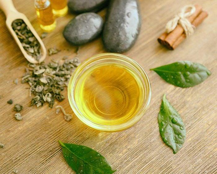 Traitement efficace contre les poux : les huiles essentielles.