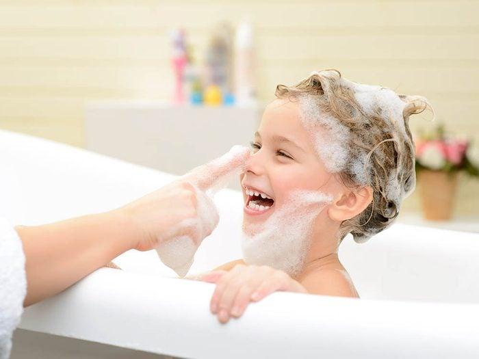 Traitement efficace contre les poux : faites un shampooing médicamenteux.
