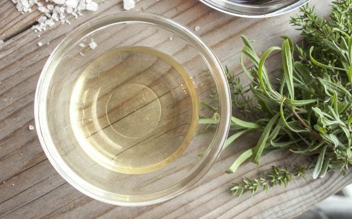 Traitement efficace contre les poux : le vinaigre.