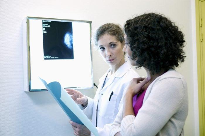 Parmi les symptômes du cancer du sein, un écoulement des seins.