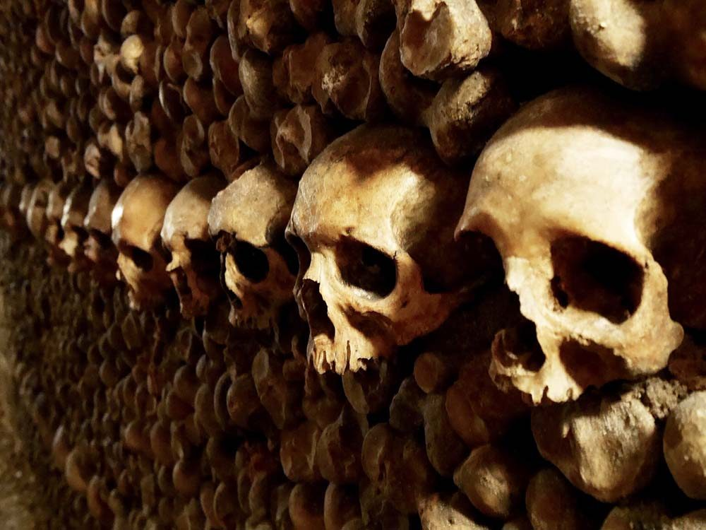 Les catacombes à Paris font partie des destinations les plus terrifiantes à travers le monde.