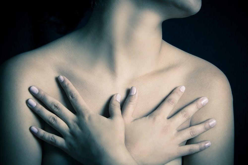 Parmi les symptômes du cancer du sein, la présence d'une masse au niveau des seins.