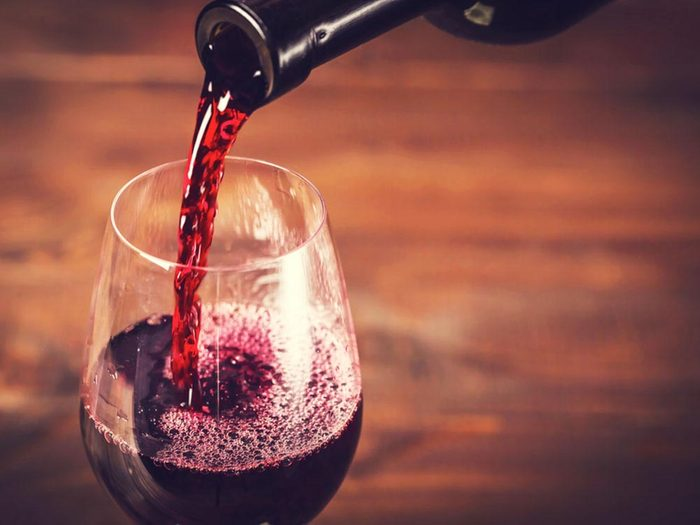 Lors d'activités sociales, évitez de boire du vin rouge.