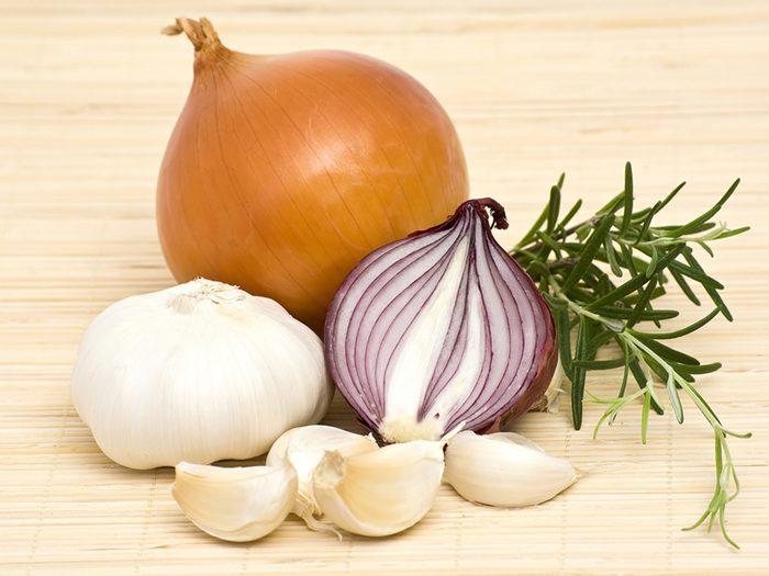 L'ail et l'oignon crus sont des aliments à éviter lors de vos activités sociales.