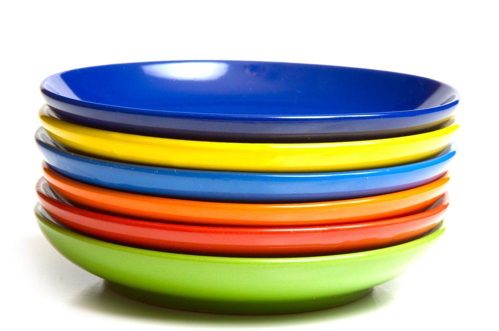 De la vaisselle aux couleurs contrastantes pour mieux contrôler vos portions.