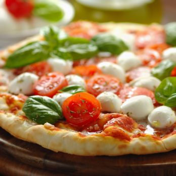 Pizza au fromage bocconcini,  tomate et roquette