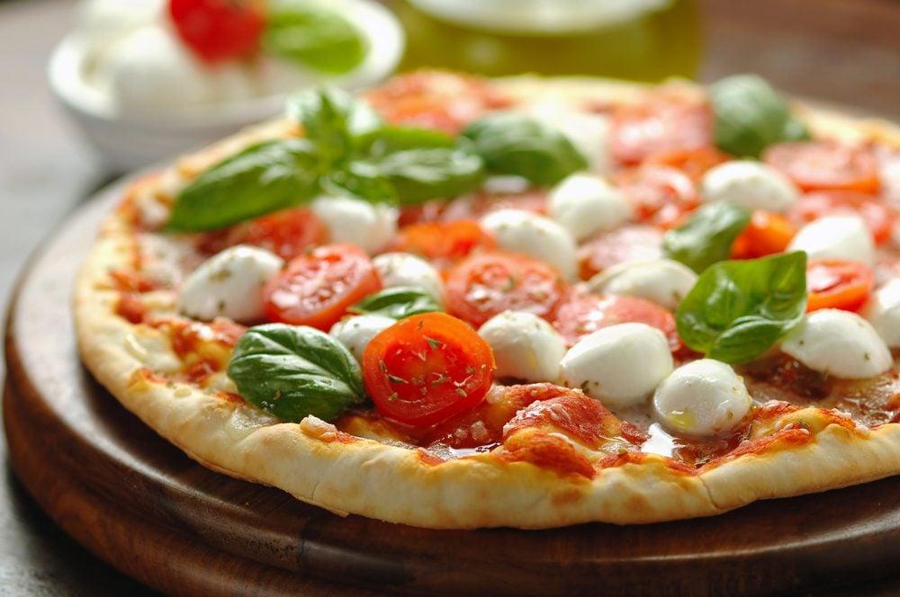 Pizza au fromage bocconcini,  tomate et roquette