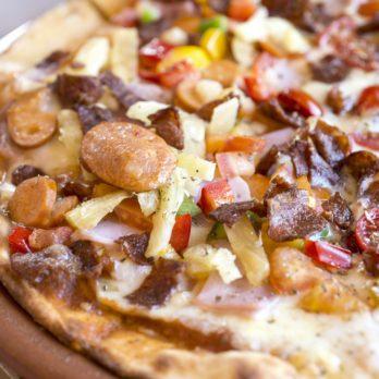 Pizza à la charcuterie et à la viande fumée