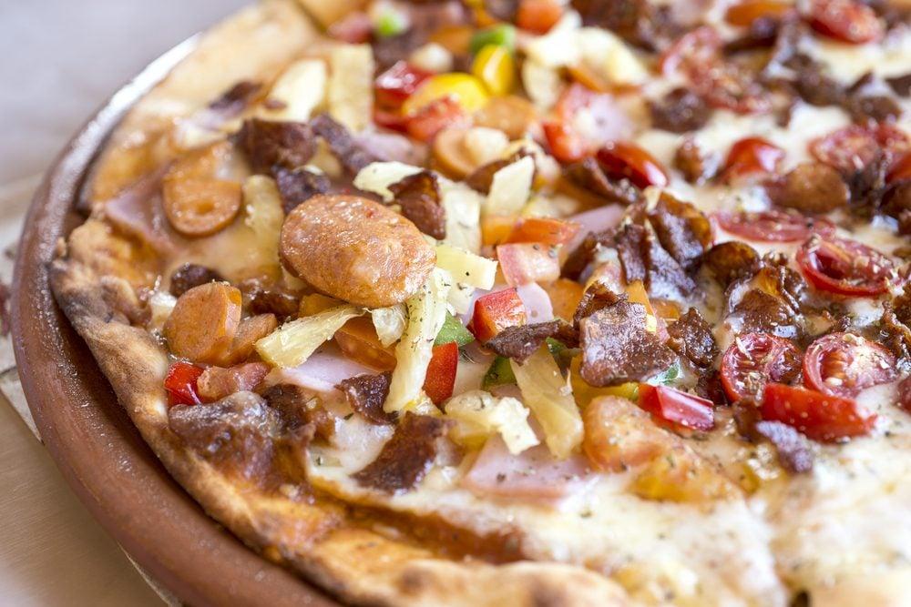 Une recette de pizza maison aux charcuteries et à la viande fumée