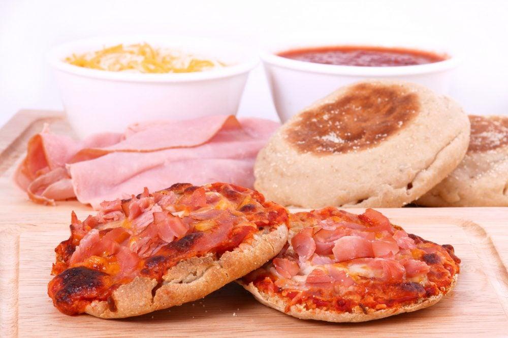 Une recette santé de pizza sur muffins anglais
