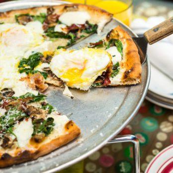 Pizza aux tomates, olives et œufs de caille