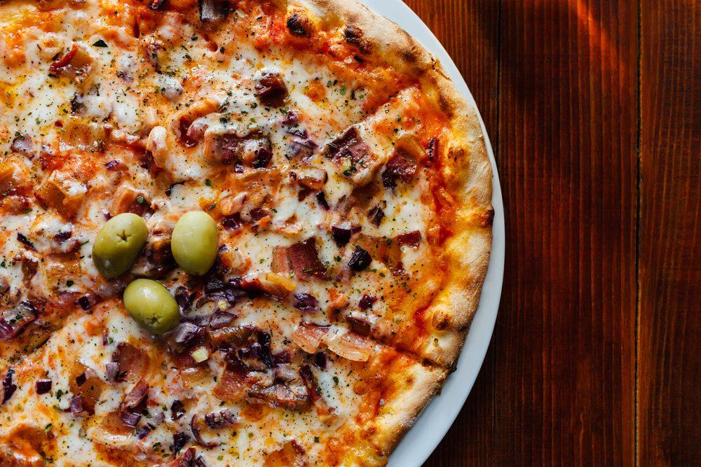 Une recette de pizza maison à la pancetta et aux figues