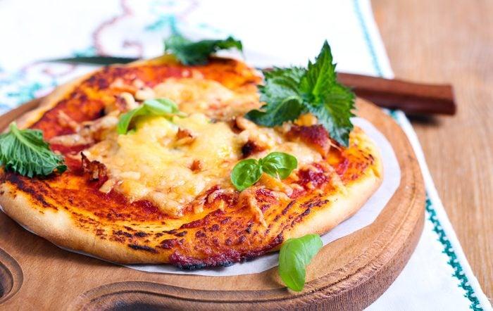 Une recette de pizza maison sur pita.