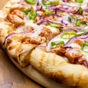 Pizzas au poulet grillé et aux poivrons rouges