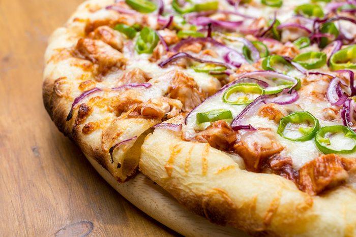 Une recette de pizza au poulet.